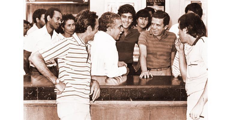 En la sala de redacción de EL HERALDO rodeado por periodistas y trabajadores, así como  por Juan B. Fernández Renowitzky, director; Juan B. Fernández Noguera, subdirector; Ricardo Rocha, editor, y Loor Naissir.